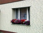 Фасад из кирпича, оконный карниз.